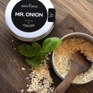 Tørret løg i aludåse. Slut med løg fingre og hej til den smukkeste smag af løg. Du kan benytte løg i dressinger, frikadeller osv. - slut med at bekymre sig om løg der gærer. Ikke at forglemme, at Mr. Onion smager fantastisk ovenpå avocado maden eller salaten.
