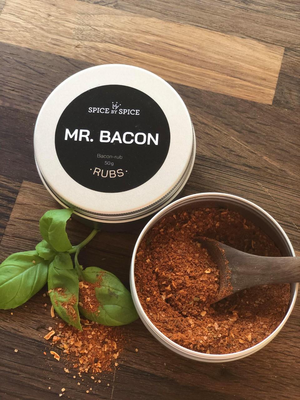 baconkrydderi i aludåse. Mr. Bacon er en rub, men den er meget alsidig, og der er nærmest ingen grænser for, hvad den kan bruges til i dit køkken. Den kan bruges som en rub, du kan svitse i det, du kan røre det i mayonaise, for at opnå den vildeste baconmayo til de stegte kartofler. Ud over dette kan den røres i cremefraiche, smør, flødeost, olie. Skal du spare lidt på fedtet kan det drysses over dine æg.