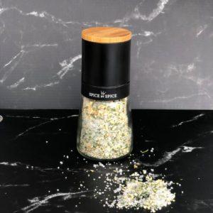 keramisk kvaern med hvidloeg og persille. Kvaernen kan vaskes og genanvendes